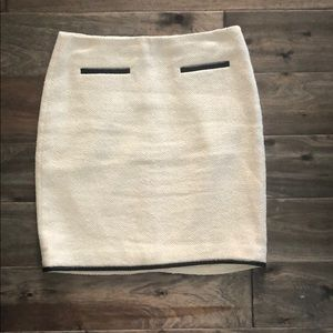 Herringbone white skirt with leather lined trim